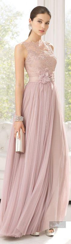Vestido y chal de tul sedoso, encaje y pedrería Color esmeralda – rosa palo – cartera de piel en color duna– zapato de piel color plata – horquilla lazo sinamay en color plata