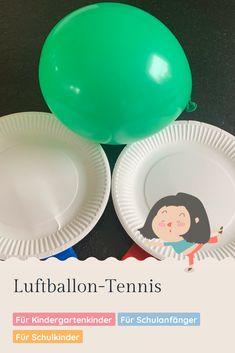 Luftballone sind ein toller Ersatz zum Ball im Innenraum, da sie langsamer fliegen und so weniger Schaden in der Wohnung anrichten. Darum kann man sie auch für ein Tennis-Match im Wohnzimmer gut einsetzen. Tennis, Decorative Plates, Credenzas, Games For Children, School Kids, Game Ideas, Balloons, Bowties