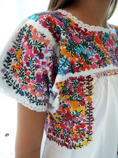 Bordado San Antonio - Aunt Yvonne and Grandmother Connie (and every woman born before 1950 I've ever known) wears these all the time. Mexican Blouse, Mexican Outfit, Mexican Dresses, Mexican Style, Fiesta Dress, Fiesta Outfit, Mexican Textiles, Mexican Fashion, Mexican Embroidery