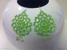 orecchini all'uncinetto .Dipnti a mano nei doni del verde,con glitter dorati e vetrificati.Pendente verde trasparente