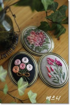 This Pin was discovered by Cho Diy Embroidery By Hand, Tambour Embroidery, Silk Ribbon Embroidery, Embroidery Needles, Embroidery Jewelry, Cross Stitch Embroidery, Embroidery Patterns, Jewelry Wall, Brazilian Embroidery