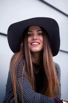 Con tu sombrero de ala ancha y tu melena suelta te verás fantástica
