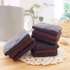 ハッピーバレンタイン😆❤️  サックサクなクッキーにトロうま〜な生チョコをサンドした、生チョコサンドクッキーを作りました〜😆✨  本当はもっとチョコレシピ投稿したかったのに、ギリギリ1個…😱💦 しかもブラックココアしかなくて、いかついクッキーに😆‼️笑  旦那さんの好みではなく自分の好みで作りました‼️笑  娘からパパには、デコレーションしたクッキーとお手紙と折り紙で作った、ハートやらお花やら新幹線やら鬼やら…(笑)をあげる予定です✨ 帰ってくる前に寝ちゃったから、明日の朝にあげる予定です😁 涙腺ゆるゆるな旦那さんの事だからまた泣いちゃうかな😑笑  この前の幼稚園のお遊戯会は娘が出てない時もずーっと泣いてました😱 娘の姿を想像しちゃうんだって…😱笑  ※板チョコはブラックチョコを使いました!お好みでどうぞ❤︎ ※クッキーも生チョコももう少し薄くてもいいかも〜😊