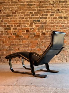 Marcel Breuer Long Chair Chaise Lounge by Isokon, circa 1970 Bauhaus Midcentury For Sale at Pavilion Architecture, Sustainable Architecture, Residential Architecture, Contemporary Architecture, Plywood Chair, Plywood Furniture, Furniture Design, Wassily Chair, Cantilever Chair