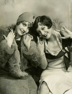 ▫Duets▫groups of two in art & photos - flapper girls duo, with Joan Crawford Flapper Girls, Flapper Era, Flapper Fashion, Flapper Style, Divas, Vintage Glamour, Vintage Beauty, Belle Epoque, Vintage Hollywood