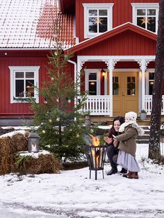 If red metal, we must go with white as contrast. Scandinavian Cottage, Swedish Cottage, Red Cottage, Cottage Exterior, Exterior House Colors, Red House Exteriors, New England Farmhouse, Sweden House, Red Houses