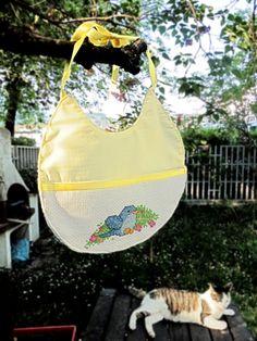 Bavaglino handmade con uccellino ricamato a punto croce : Moda bebè di unpuntodopolaltro