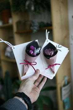 Wrap their personal gifts with the use of Xmas surprise sweet. How To Wrap Flowers, How To Preserve Flowers, Diy Flowers, Paper Flowers, Flower Boxes, Flower Cards, Diy And Crafts, Paper Crafts, Flower Packaging
