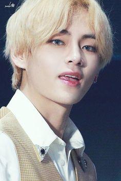 His eyes 😍 Foto Bts, Daegu, V Bts Cute, Asia Artist Awards, Kim Taehyung, Most Handsome Men, Yoona, Bts Bangtan Boy, Taekook