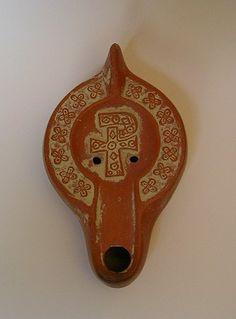 Afrikanische Lampe, Motiv: christliches Kreuz, eine Reproduktion einer römischen Öllampe aus Ton