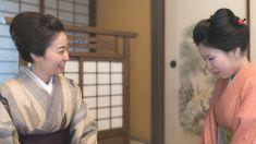 大人の女性を語る若い女性畳のお部屋 stock photo