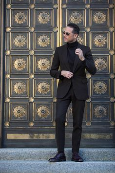 A dark brown suit with a layered brown turtleneck sweater. Fall outfit idea for men that is classic, sophisticated and monochromatic. Trajes Business Casual, Business Casual Outfits, Brown Suits, Black Suits, Turtleneck Suit, Brown Shoes Outfit, Costumes Slim, Suit Fashion, Mens Fashion