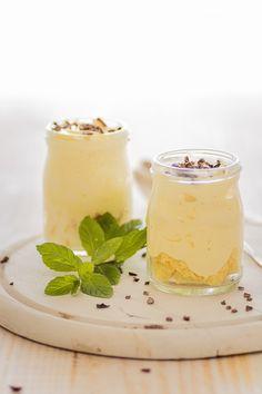 Vasitos de crema yogur con bizcocho y chocolate. Receta con fotografías del paso a paso y sugerencias de presentación. Receta de postres...