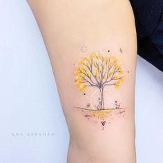 Tatuagem delicada e colorida criada por Ana Abrahão de Brasília. Árvore com folhas amarelas.