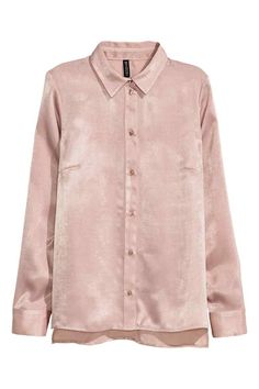Long-sleeved blouse: Long-sleeved blouse in woven fabric with a gathered yoke at the back, buttoned cuffs and slits in the sides. Slightly longer at the back.