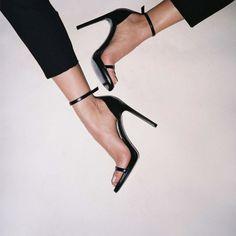 Sandália com tiras finas preta.