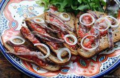 Empezamos el aperitivo con torradas de pan casero, tomate y anchoas.