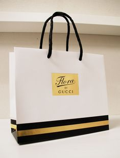 Flora by Gucci Shopping Bag Luxury Packaging, Bag Packaging, Packaging Design, Shopping Bag Design, Paper Shopping Bag, Paper Carrier Bags, Paper Bags, Shoping Bag, Paper Bag Design