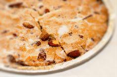 Fregolotta. La fregolotta è un dolce croccante tipico della Marca Trevigiana a base di mandorle. Deriva il suo nome dal termine fregola, ovvero, briciola. Scopri tutte le altre bontà in vendita su: www.demarca.it