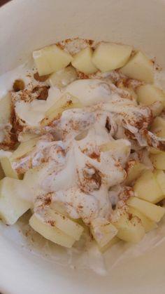 Griekse yoghurt met appel, rozijnen en kaneel