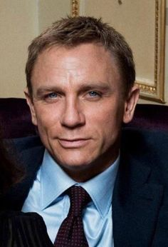 Daniel is not known for smiling in his current bond role but this is disarming Rachel Weisz, Daniel Craig Style, Daniel Craig James Bond, Short Hair Man, Craig Bond, Daniel Graig, Best Bond, Dream Guy, Gorgeous Men