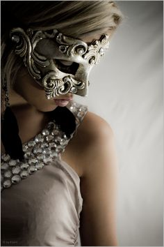 Multi textured, the shades complement each other. Beautiful mask and collar. Photo by Evert Smit Hidden Beauty, New Era Hats, Vans Style, Masquerade Ball, Masquerade Wedding, Beautiful Mask, Fashion Poses, Costume Makeup, Belle Photo