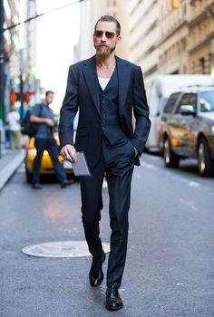 traje-de-tres-piezas-negro-camiseta-con-cuello-circular-blanca-zapatos-derby-de-cuero-negros-large-17925
