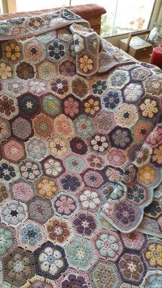 Ideas for crochet granny square pattern hexagon african flowers Crochet Afghans, Crochet Quilt, Crochet Home, Crochet Motif, Diy Crochet, Crochet Crafts, Crochet Blankets, Hexagon Crochet, Crochet African Flowers