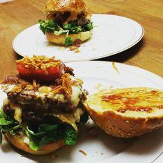 Resteessen.... Nach dem Fechten muss es schnell gehen und vom #synchronburger sind noch 3 Patties übrig. Das Fräulein hat sich 2 davon geschnappt aber ich darf nicht fotografieren wie sie das Ding in den Mund steckt  http://ift.tt/2iuIFkS #fraubpunkt #pin #burgerlove #burger #synchronburger #winterburger #familyfood #resteessen #leftovers