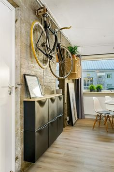 bicicleta-no-hall-de-entrada Bike Storage Room, Interior And Exterior, Interior Design, Apartment Chic, Display Homes, Small Office, Small Apartments, Decoration, Woodworking Plans