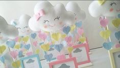 Quando chove amor, a gente faz questão de se molhar! Lindos e exclusivos centros-de-mesa no tema Chuva de amor: Mobile + Porta retrato.