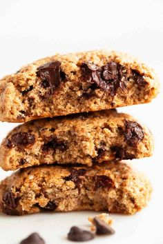 Vegan chocolate chip cookies, perfect for everyday baking and made with 9 ingredients. They are so crisp on the outside, but soft and chewy on the inside. Vegan Breakfast Recipes, Vegan Recipes Easy, Raw Food Recipes, Dessert Recipes, Vegetarian Recipes, Chocolate Chip Cookies Ingredients, Vegan Chocolate Chip Cookies, Cookies Vegan, Vegan Sweets