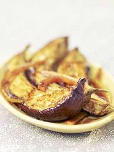 Recette Aubergines au four, au curry et au miel : Allumez le four à 180 °C (th. 6). Pelez les gousses d'ail et hachez-les. Rincez le citron confit, coupez-le en deux, éliminez l'intérieur et coupez la peau en fines lamelles ou en petits dés.Coupez les aubergines en quatre, dans la longueu...