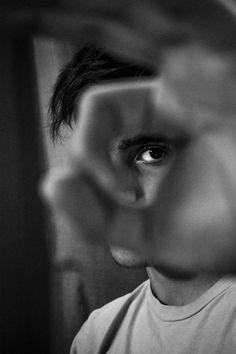 photography poses for men Schwarz Wei Portrt Mnner Hand Pose Inspiration kreativ Closeup Posing Idee Fotografie Creative Portrait Photography, Photo Portrait, Photography Poses For Men, Conceptual Photography, Men Portrait, Photography Lighting, Professional Photography, Photography Degree, White Photography