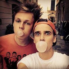 Caspar Lee and Joe Sugg caspar looks 14 in this Markiplier, Pewdiepie, Joe Sugg, Caspar Lee, British Youtubers, Best Youtubers, Buttercream Squad, Sugg Life, Jack Maynard