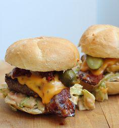 Oh mensen, wat zijn homemade hamburgers toch een fijn gerecht. Toen Jamie Oliver zijn comfortfood boek uitbracht waren de insanityburgers die daarin stonden meteen een favoriet bij mij. Insanity do…