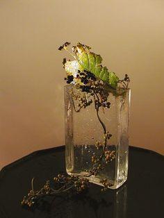 秋雨. Contemporary Flower Arrangements, Creative Flower Arrangements, Ikebana Arrangements, Floral Arrangements, Underwater Flowers, Bonsai, Flower Installation, Green Wreath, Clear Glass Vases