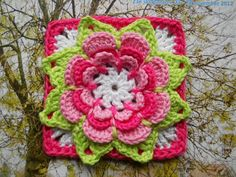 Links to many granny square crochet patterns, they are free as far as I have seen, the links are buried in many blog posts, must translate the blog into English.