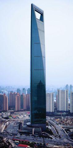 """Шанхайский всемирный финансовый центр находится в одном из самых быстро развивающихся крупных городов Китая. Кстати сказать, у этого супер-сооружения имеется и неофициальное название, прозвище – """"открывалка"""", которое видимо придумали туристы из России."""