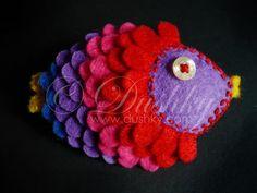 Broche de fieltro original en forma de pez con muchos colores