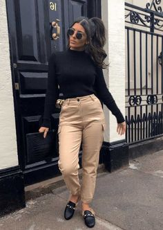 Yes, cargo pants are back in fashion, so I am happy to share with you ideas how to wear them on the streets. See my favorite looks with cargo pants. Plus Size Cargo Pants, White Cargo Pants, Denim Cargo Pants, Skinny Cargo Pants, Cargo Pants Women, Pants For Women, White Peasant Blouse, Model Look, Black Turtleneck