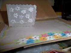 Tarjetas hechas en papel pergamino reciclado.