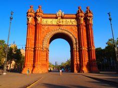 Igual que todas las ciudades del mundo, #Barcelona también posee un espectacular Arco de Triunfo. Construido cerca del Parque de la Ciudadela, este monumento se concibió como la principal puerta de entrada a la Exposición Universal de 1888. Su arquitecto, Josep Vilaseca i Casanovas, diseño un Arco que en la actualidad exhibe su estilo neomudéjar con una altura de 30 metros.