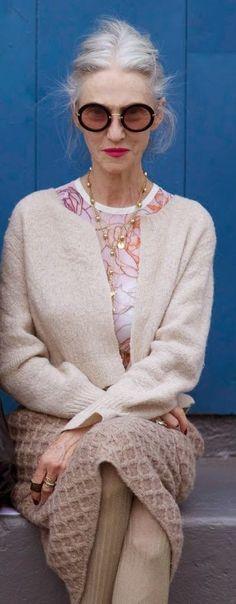 Bastoni di fashion Linda Rodin, a 66 year old model and fashion designer. Mature Fashion, Over 50 Womens Fashion, Fashion Over 40, Fashion Tips, Fashion Design, Fashion Trends, Feminine Fashion, Clothes For Women Over 50, Style Personnel
