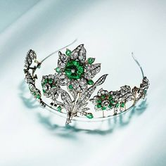 Each flower of this soflty shivering tiara can be worn as an independent jewel. The Leuchtenberg tiara, circa 1830, part of our Imperial Splendours exhibition.⠀ #ImperialSplendours #ChaumetArtOfJewellery #ChaumetPalaceMuseum #ChaumetinBeijing