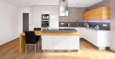 Výsledek obrázku pro bílá kuchyně s dřevěnou deskou