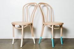 Din't mind a dipped bentwood chairs. Cheap Furniture, Dining Room Furniture, Furniture Making, Home Furniture, Room Chairs, Dipped Furniture, Painted Furniture, Paint Dipping, Bentwood Chairs