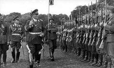 Göring pasando revista a miembros de la Legión Cóndor. Detrás suyo se ve al General Erhard Milch y a Wolfram Freiherr von Richthofen (con uniforme de la LC).