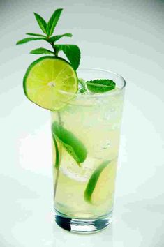 3 Mojito recipes: a traditional mojito recipe; one for the girls mojito recipe; a pineapple mojito recipe. Great cocktails for fabulous parties. Mocktail Drinks, Non Alcoholic Cocktails, Summer Cocktails, Yummy Drinks, Mojito Drink, Popular Cocktails, Mojito Recipe Tequila, Bacardi Mojito, Drink Recipes