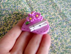 Imã de geladeira para lembrancinha. Polymer Clay Miniatures, Fimo Clay, Polymer Clay Projects, Porcelain Clay, Cold Porcelain, Clay Magnets, Mini Craft, Clay Figurine, Penny Rugs